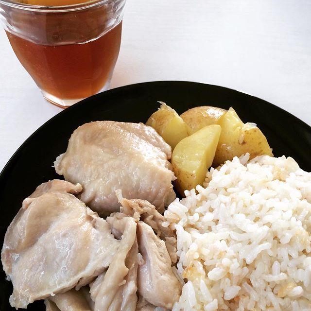 ある日のひとりランチ。 お米を食べたい量いつもどおりの水加減で釜に準備。 料理酒とお塩をちょっと入れてお箸で混ぜる。 洗って芽を取って切ったじゃがいも、大体厚さを均等にした鳥もも肉を入れる。 炊飯器の炊き込みご飯コースで炊いて、30分くらい保温。 そんだけー。エセ海南鶏飯みたいな。 薄味が好きなワタシはこのまま食べたよ。思いつきの割に成功だった。 #セリキッチン #うちごはん #お昼ごはん #ワンプレートごはん #セリレシピ #lunch #肉 #かんたんごはん #炊飯器レシピ