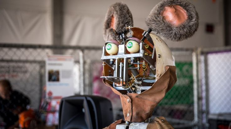 Father and Son Restore 1980s Animatronic Showbiz Pizza Robots to Their Former Glory