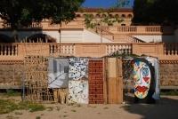 En residència   a bao a qu  Creadors EN RESiDÈNCiA als instituts de Barcelona posa en contacte l'art contemporani amb els estudiants de secundària, generant noves formes i contextos de creació. Els creadors residents conceben un projecte artístic per ser desenvolupat amb un grup d'estudiants d'ESO que participa en la ideació i realització de l'obra. Treballen durant tot el curs escolar, en horari lectiu i juntament amb un equip de professors.