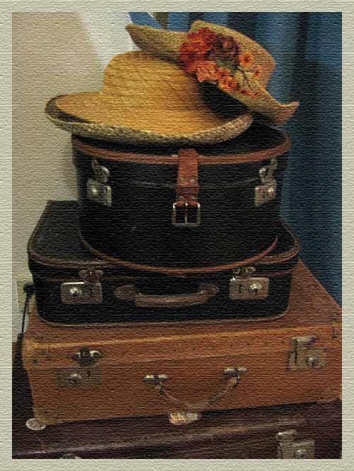 Gamla resväskor och  en hattask.