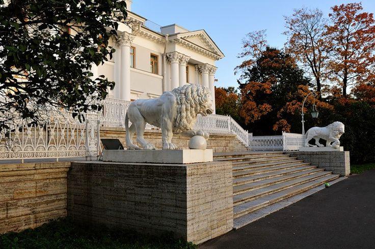 Сегодня в Елагином дворце также проводятся различные временные выставки произведений искусства и устраиваются развлекательные мероприятия в стиле разных эпох — петровской, елизаветинской или екатерининской