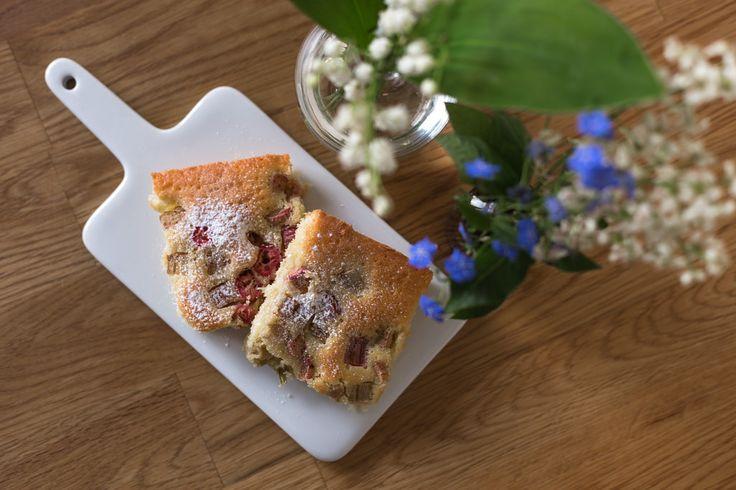 Här kommer ett recept på en enkel kaka med rabarber och ingefära. Du behöver bara röra ihop ingredientserna och baka i ugnen. Enkelt och gott!
