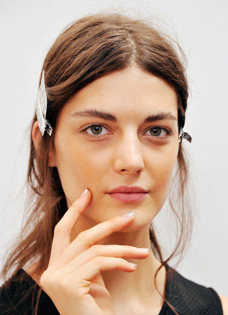 Pin for Later: 5 clevere, innovative Makeup Tipps und Tricks Verwendet Salzspray fast wie Parfum