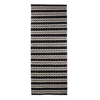 Uppdatera ditt hem med den härliga Leopardi matta i svart-vitt från Vallila Interior designad av Tanja Orsjoki. Mattan är vävd i bomull och har ett tidlöst mönster med en modern twist. Placera mattan i köket eller varför inte i vardagsrummet
