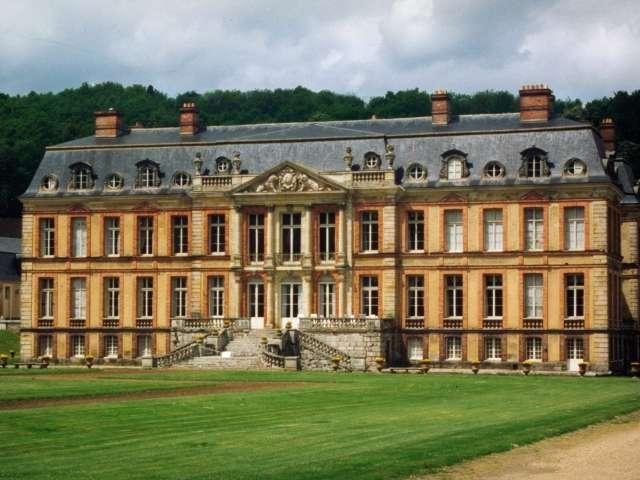 Le château de Dampierre - Guide tourisme, vacances & week-end dans les Yvelines -Situé à Dampierre-en-Yvelines, dans la vallée de Chevreuse, le château de Dampierre fut édifié au XVIIe siècle par l'architecte Jules Hardouin-Mansart pour le duc de Chevreuse. Propriété de la famille de Luynes depuis 1663, cet élégant édifice de brique et de pierre entouré de douves présente un bel exemple de style classique. A l'intérieur, le visiteur découvre une succession d'oeuvres d'art et de boiseries…