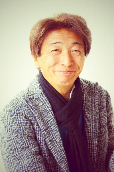ゲスト◇わたせせいぞう(Seizo Watase)1945年神戸市生まれ。北九州市育ち、早稲田大学法学部卒業後、 サラリーマン生活を送りながら漫画制作を始める。 1974年『ビックコミック』の第13回ビックコミック賞入選を皮切りに1983年より代表作「ハートカクテル」、日本の美しい風物の中で暮らす夫婦の愛の物語『菜』など、大人のラブストーリーを書き続けている。 また、官公庁広報用ポスターおよび企業広告用イラストを数多く制作し、イラストレーターとしても国外において展覧会を開催し好評を博している。 2014年には画業40周年を迎え、最新作 「アンを抱きしめて 村岡花子物語(NHK出版)」(村岡恵理氏との共著)の絵本を発売。モ―ニング(講談社)では、「Telephone」を好評連載中。