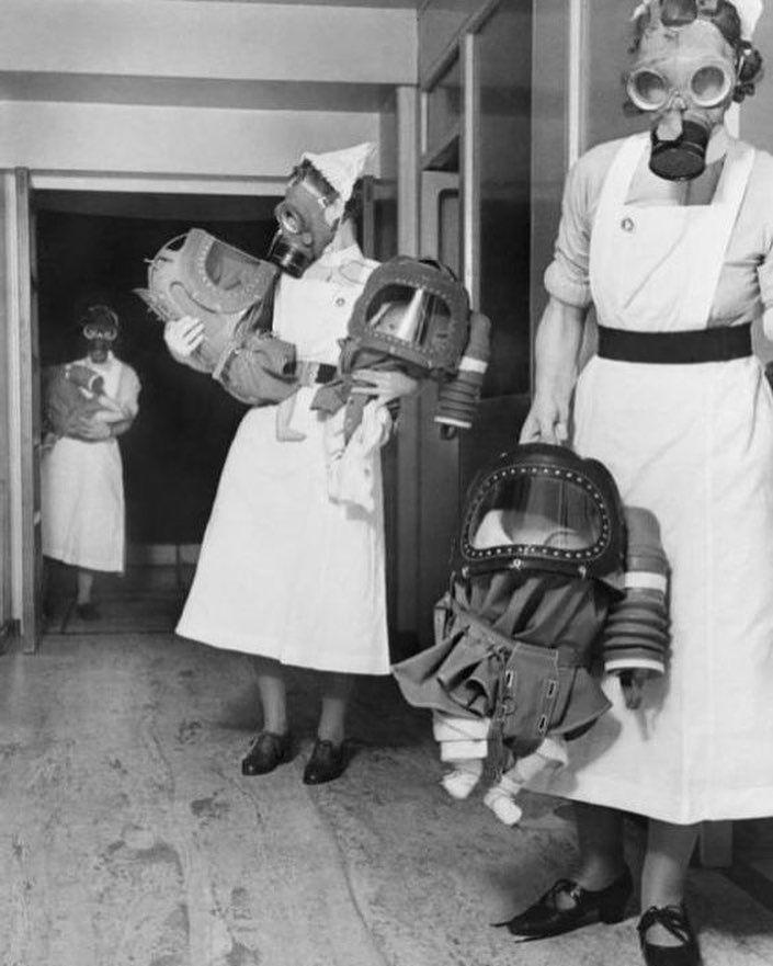 Медсестры в лондонской больнице осваивают противогазы для младенцев. 1940 год #история #фото #дилетант #wwII #diletant #diletant_media #photo #history #london #лондон