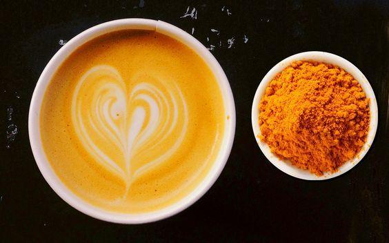 Schieben Sie Ihre Kaffeetasse zur Seite, jetzt kommt ein neues, leckeres und vor allem gesundes Trendgetränk: Kurkuma Latte!