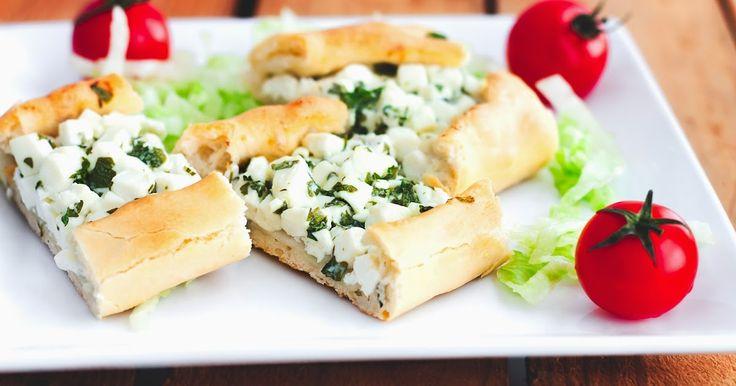 Tyrkisk pide med feta og persille       En af mine yndlingsretter erTyrkiskpide, de laves både med en kødsovs og som man ser her med fet...