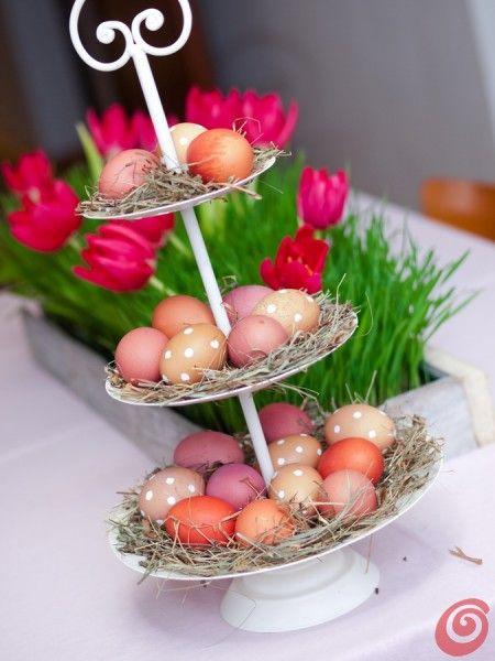 Una Pasqua a puntini: la tavola imbandita a festa. La decorazione per la tavola per feste pasquali. Nel segno dei puntini, delle decorazioni naturali e dei colori pastello. Con qualche coniglio qua e là.