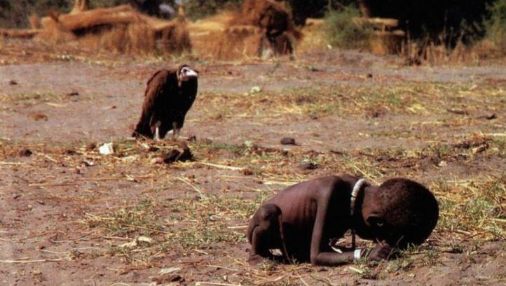 El reportero gráfico sudafricano Kevin Carter, tomó una de las imágenes más polémicas de la historia. Retrato el hambre en Sudán. En la foto está Kong Nyong mientras esperaba ser atendido por la ayuda humanitaria, detrás de él un cuervo parecía estar esperando para comerlo. Por esta foto su autor ganó un Pulitzer y un año después de ser publicada por The New York Times (1993), Carter se quitó la vida.