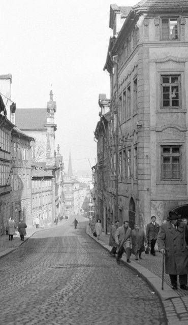 Nerudova ulice (2826) • Praha, duben 1964 •   černobílá fotografie, ruch Nerudovy ulice, dlažba, lidé  • black and white photograph, Prague 