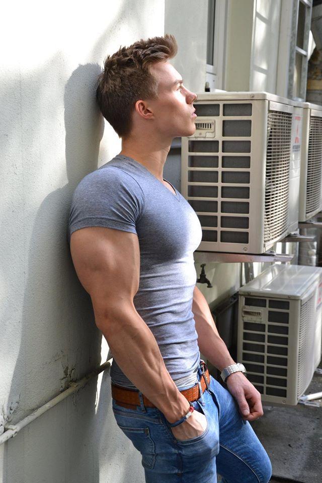 хапала голые мускулистые парни в обтягивающих футболках прочтите его перейдите