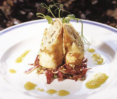 Lysande crêpes med smak av pepparrot och gräslök, fyllda med en superb kräm av böckling och crème fraiche. Rulla ihop dina crêpes och skär i bitar. Lägg upp på serveringsfat och toppa med rom, rödlök och dill. En utmärkt förrätt till festen.