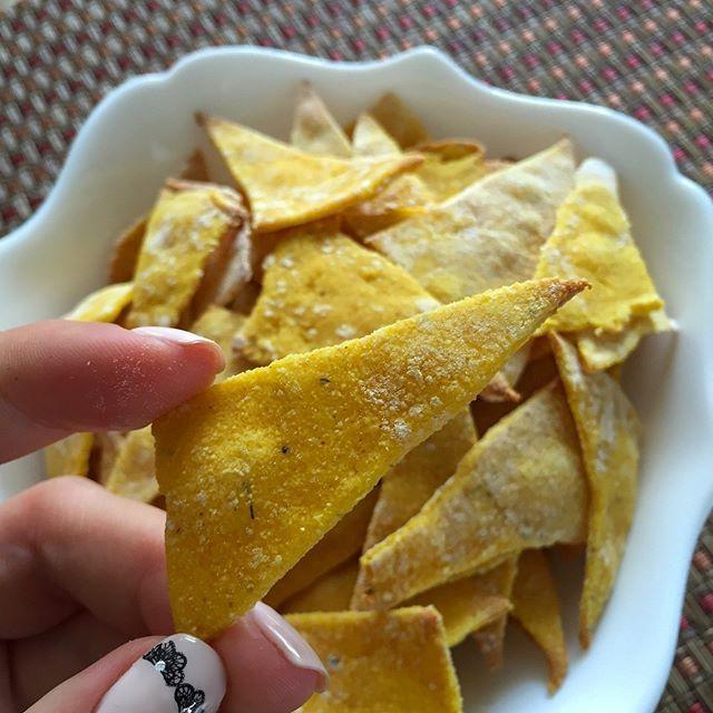Начос - закуска мексиканской кухни, представляющая собой чипсы из кукурузной муки с различными добавками, итак рецепт домашнего начос Ингредиенты: Кукурузная мука - 150г Пшеничная мука - 120г Молоко - 100мл Растительное масло - 1ч.л Специи по вкусу(у меня: соль и сахар(по 1 ч.л),карри,черный и красный перец,сушеный укроп