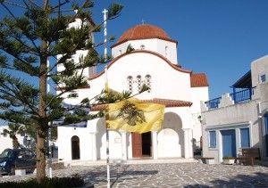 Auf Halbmast wehen am Karfreitag die gelben Fahnen mit schwarzem Doppeladler vor griechischen Kirchen