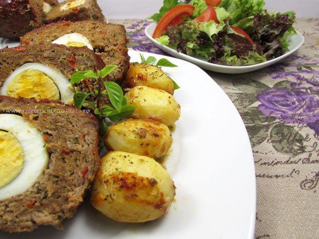 O reteta delicioasa de rulada de carne tocata umpluta cu oua fierte si acoperita cu un strat de glazuradulce-picanta.