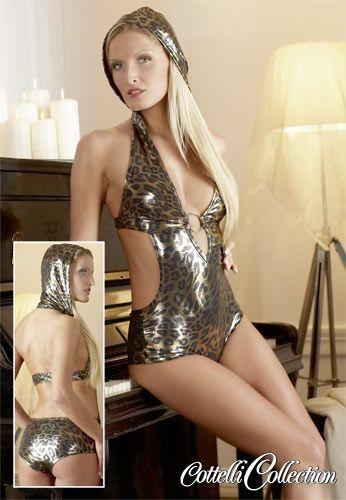 Body in lucido tessuto leopardato leggermente elastico. Si adatta alle vostre curve per darvi modo di muovervi sempre al massimo. Pezzo unico. Con anello metallico tra i seni in ampio decolletè.