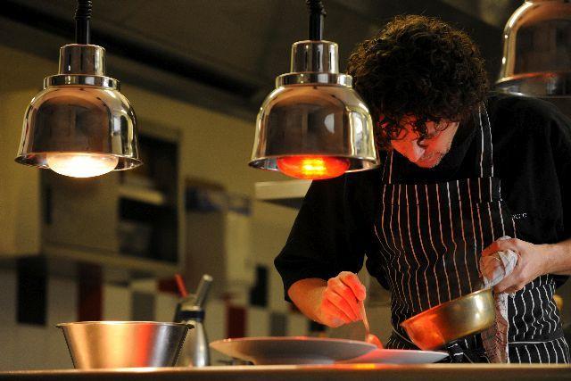 """Éric Sampiétro, chef étoilé du #restaurant """"La Table des Cordeliers"""" à Condom. Une cuisine contemporaine """"surprenante, charmeuse, provocatrice"""", selon Gilles Pudlowski, critique gastronomique. #Gastronomie #Cuisine #TourismeGers"""