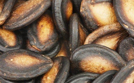 Жареные острые тыквенные семечки с солью и чесноком