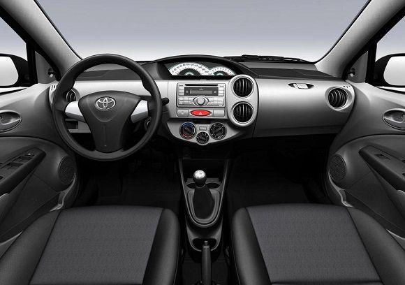 TOYOTA ETIOS  Fechando a lista, eis que surge o Toyota Etios, um ótimo carro e um péssimo bibelô. A marca até tem feito melhorias no interior, que realmente avançou no quesito beleza perante este primeiro painel do seu lançamento. Mas mesmo assim ainda está longe de ser bom