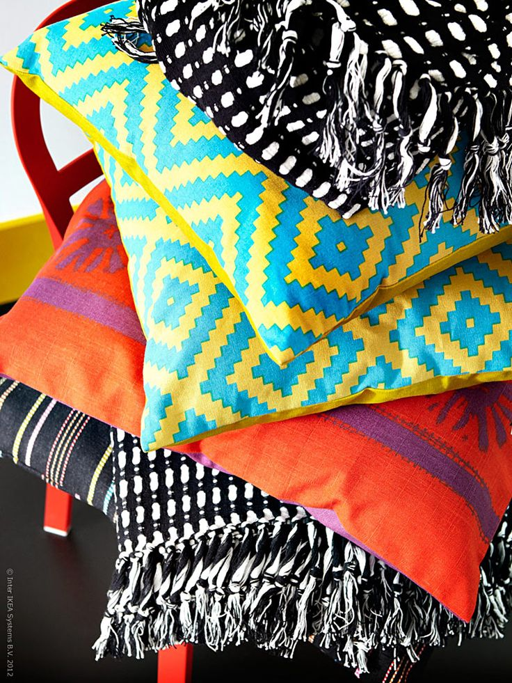 Den nya textilkollektionen LAPPLJUNG med bland annat mattor, kuddar, gardiner och påslakan för tankarna till globala influenser och traditionellt hantverk med sina livfulla grafiska mönster och kryddiga färgskala.