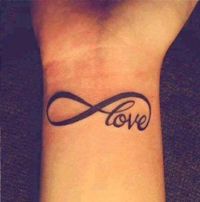 Pequeño tatuaje en la muñeca que dice \u201clove\u201d(en español, \u201camor\u201d) con el  símbolo del infinito.