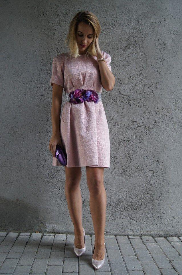 Tenemos que empezar a pensar en la comida de empresa, en las fiestas navideñas, las cenas con amigos. Este outfit es el ideal!  Se trata de un vestido brocado rosa con manga al codo y falda de vuelo que combinamos con esta maravillosa chaqueta de pelo, cinturón hecho a mano, clutch violeta y stiletto rosa.