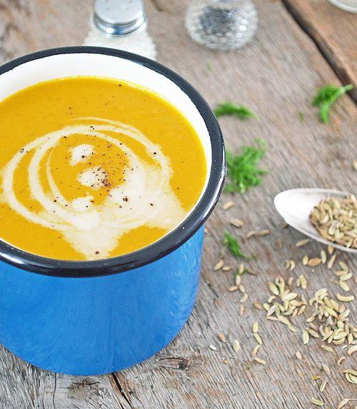 Le fenouil et les carottes rôtis donnent un petit goût sucré au potage, ainsi qu'une belle couleur orangée. Comme épices, un mélange de graines de fenouil..