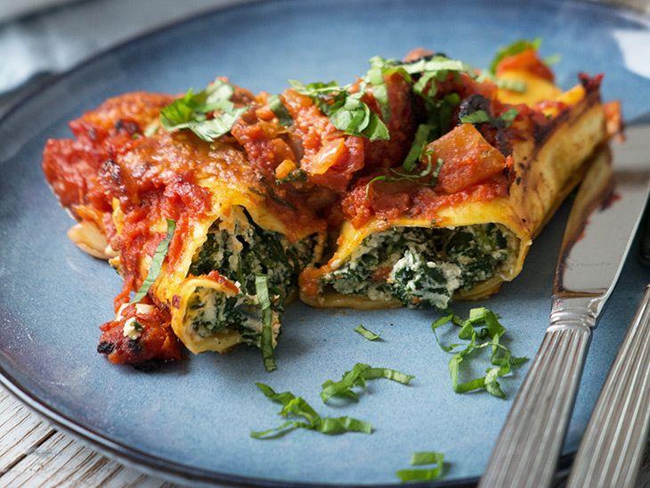Den lækre italienske ret Cannelloni i en nem og skøn udgave med spinat og ricotta fyld - og med krydret tomatsauce til - få opskrift her