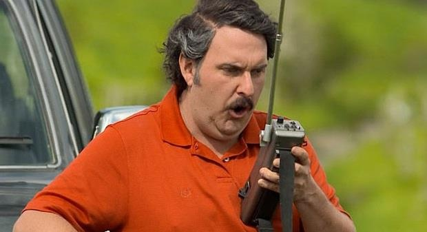 El General Peraza recibe una dura información, Pablo Escobar le asegura que el candidato Diego Pizano será asesinado. Vea la escena.