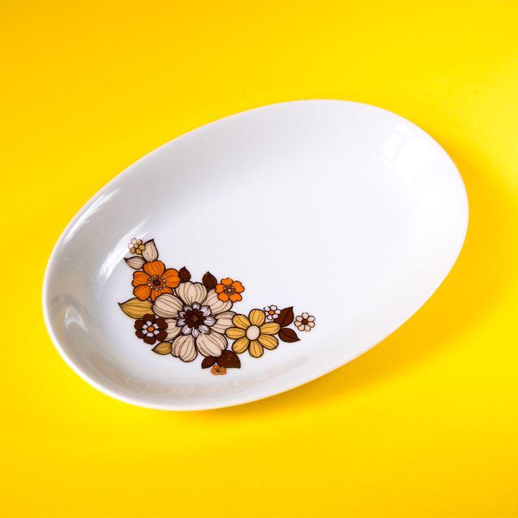 💛 vansonja.nl 💛 Mooie vintage serveerschaal van wit keramiek met bruine, oranje, gele bloemen. Van het merk Mitterreich. Super leuk om de tafel mee aan te kleden. Geeft je tafel meteen een gezellige uitstraling. Veel leuker toch dan die saaie witte schalen en borden? Een beetje kleur op tafel is leuk!