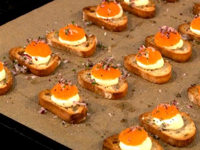 Crostini med citronkräm, löjrom och finskuren rödlök (kock Markus Aujalay)