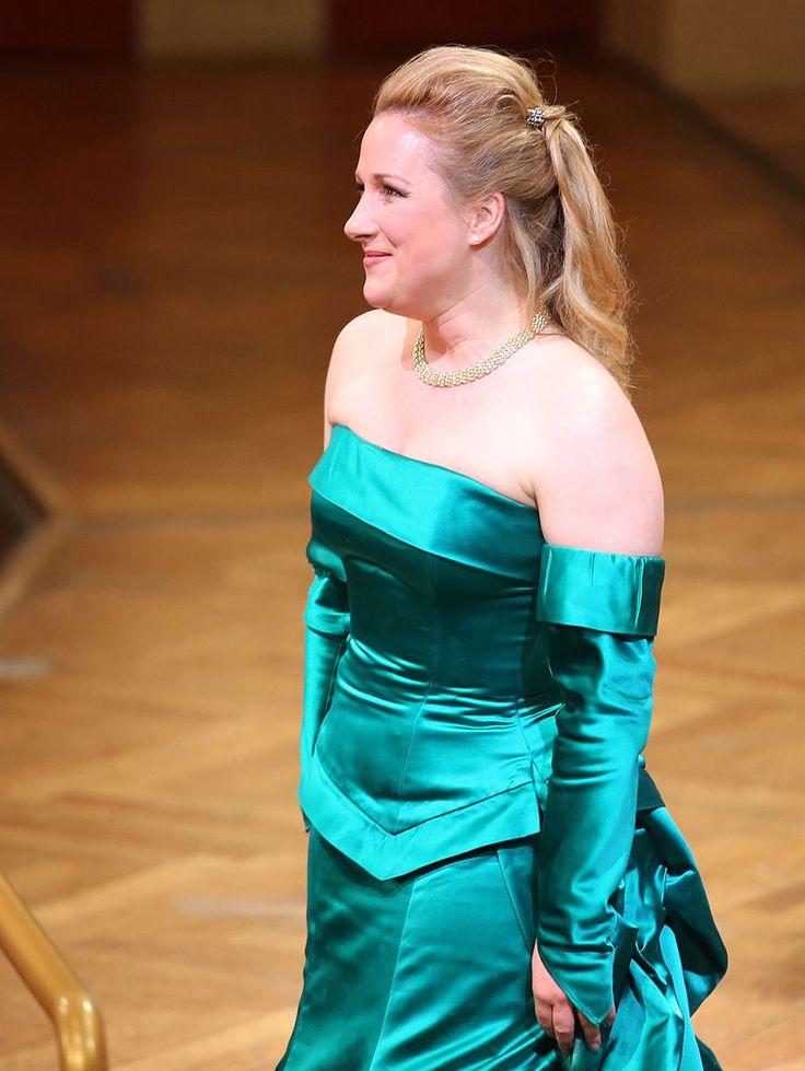 Диана  Дамрау (1971)немецкая оперная и концертная певица (колоратурное сопрано). Фото  из  Википедии.