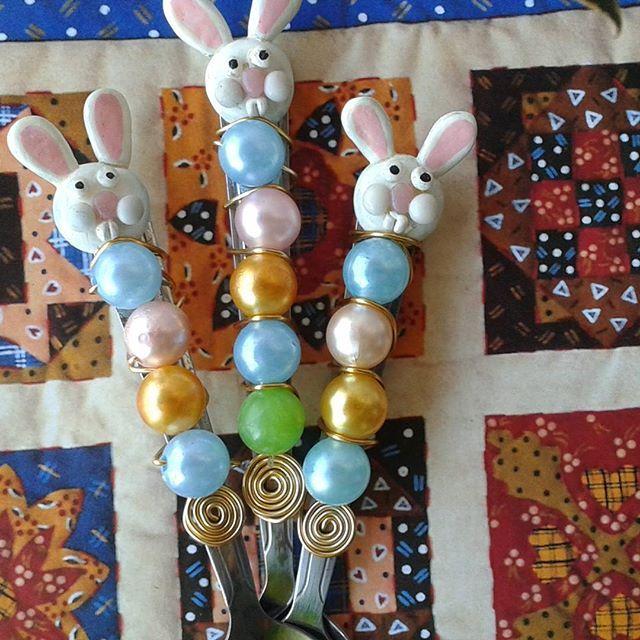 Família de coelhinhos  para ovo de colher de inox Sobremesa e café Fofuraaaa de Páscoa na maria Dorminhoca #egg #colheresdecoradas #talheresbordados #rabbit #pascoa.  #camposdosgoytacazes #instagram #instafood #easter