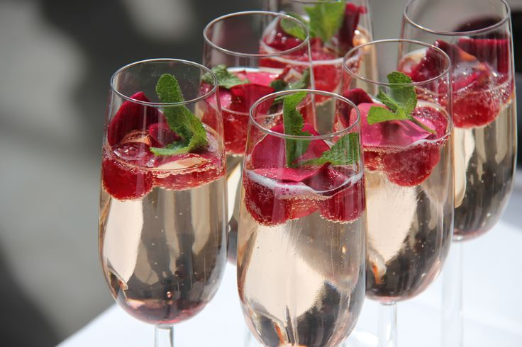 Lente-cocktail met frambozen en (eetbare) rozenblaadjes