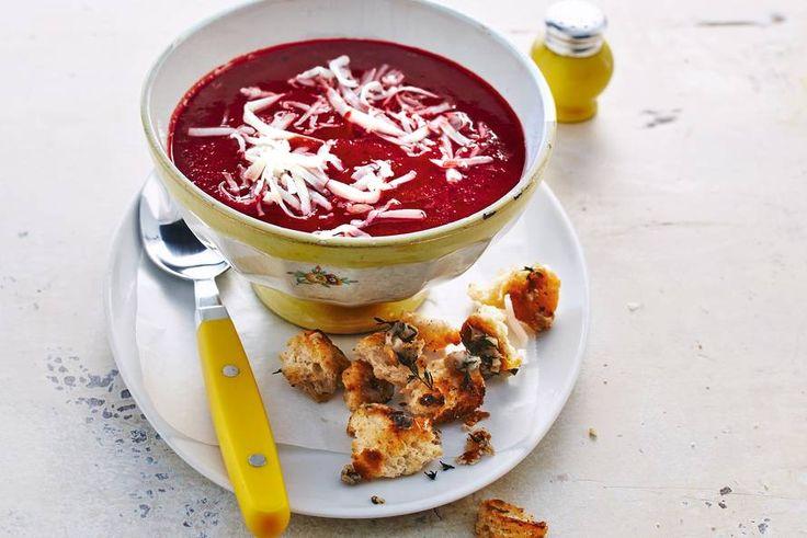 Pittige kaas en zoete rode biet vormen een perfect duo in deze bietensoep - Recept - Allerhande