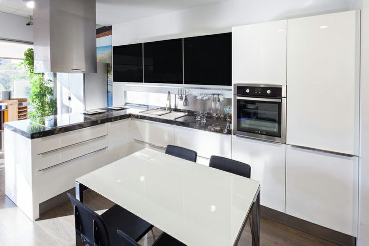 Laca alto brillo con perfil plano en lugar de tirador. un cocina ...