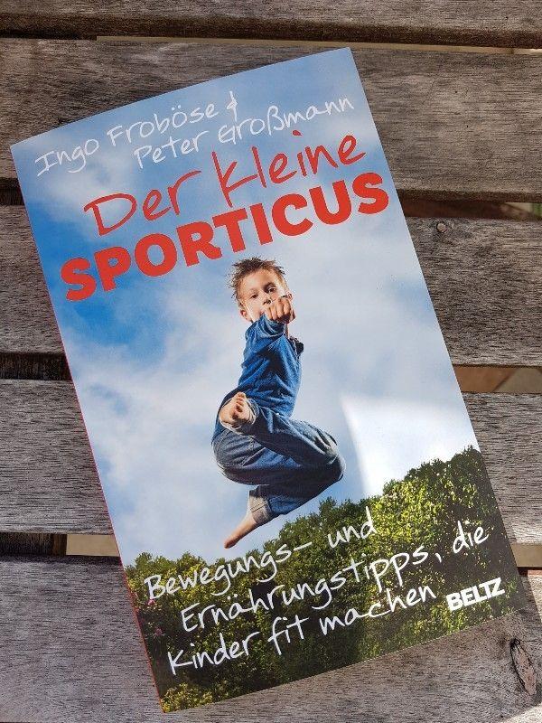"""Kennt ihr auch solche Fragen: Macht das Kind genug Sport? Ist es zu dick, oder ist es zu dünn? Kann ich mein Kind rein vegan ernähren? Was ist, wenn das Kind nur Nudeln mag?  Ich glaube viele Eltern machen sich darüber Gedanken, ob sie in Sachen Ernährung und Fitness bei den Kindern alles richtig machen. Ich bin sehr froh das Buch """"Der kleine Sporticus""""  in die Hände bekommen zu haben, denn es hat mir viele Fragen beantwortet."""