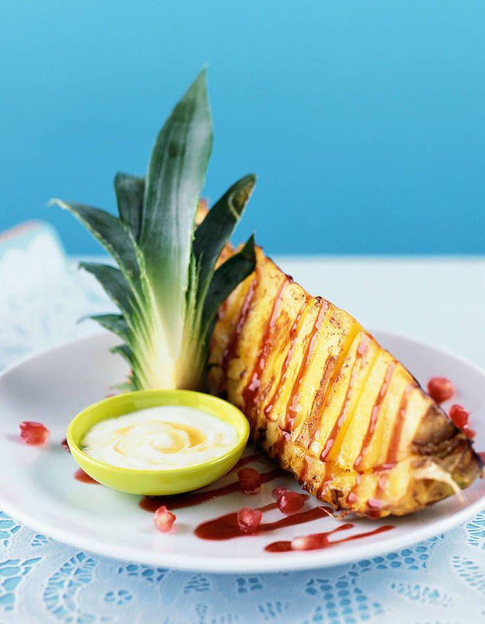 Dessert léger : Ananas grillé à la vanille et citron vert On joue l'exotisme à fond avec l'ananas, 51 kcal aux 100g, qu'on prépare au barbecue. On le coupe en tranches, on réserve son jus qu'on mélange au jus d'un citron vert et aux graines d'une gousse de vanille. On fait griller les tranches d'ananas au barbecue et on les sert nappées du sirop vanille citron vert.