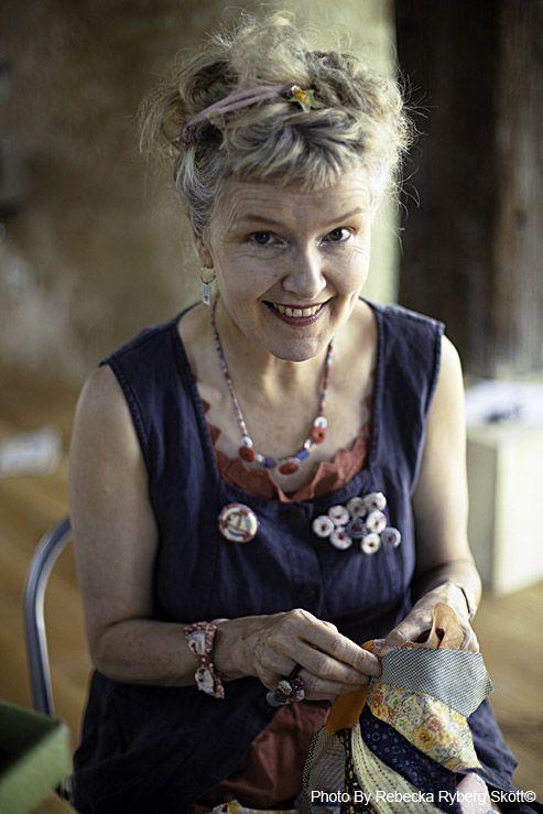 Julie Arkell, è uno degli artisti più riconosciuti del Regno Unito il suo genere è folk contemporaneo , lavora cartapesta tessuti e altri...