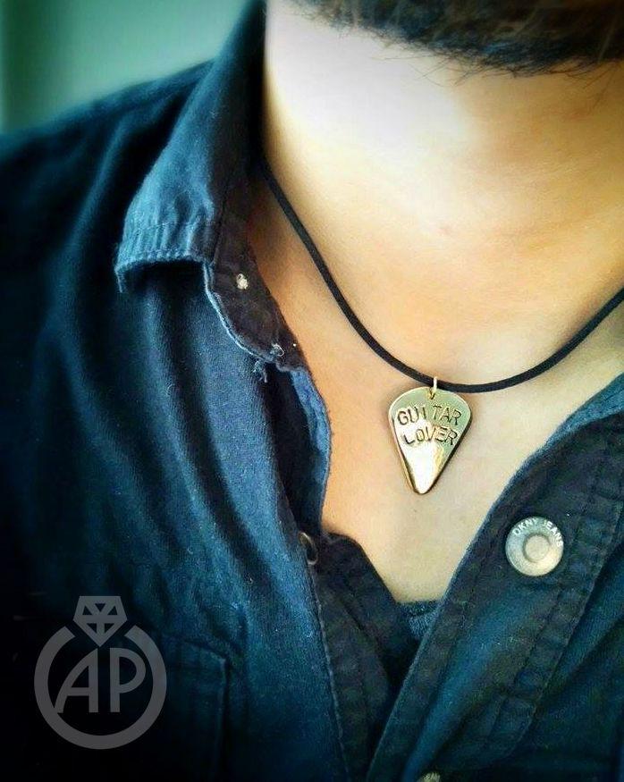 Púa metálica dorada :D #música #collar #joyería #guitarra #pua #dorado #metalstamping #handmade #guitarlover #bronce