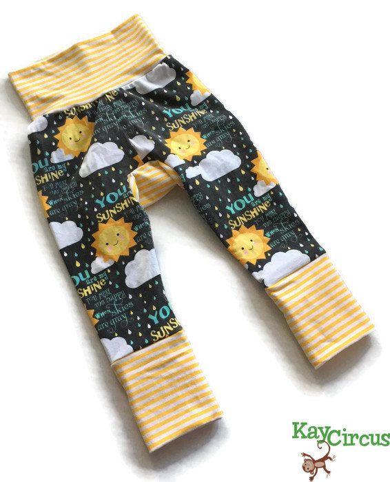 Ce sont des commandes personnalisées, à la main, que vous êtes mon soleil Monster Bunz pantalon à rayures blanches et jaunes de KayCircus. Ces pantalons sont sexiste et parfait pour les garçons et les filles. Si vous utilisez des couches en tissu, vous trouverez que pantalon est trop grand dans la taille mais ne pas s'adapter à la bumm tissu moelleux. Ces pantalons sont votre solution!! Chemises sont disponibles! S'il vous plaît m'a envoyé un message à commander une chemise ou Sweat à…