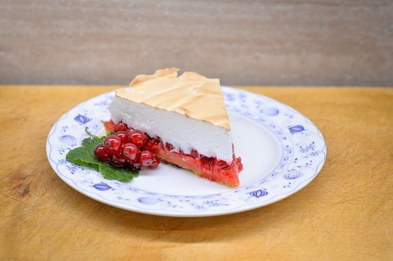 V rodině paní Barbory Hubertové se rybízový koláč peče podle starého receptu. Její babička ho získala darem od Rothschildů, kteří obývali zámek v Šilheřovicích. Recept s ušlehanou pěnou vás svojí vláčností a sladko-kyselou chutí učaruje a osvěží.
