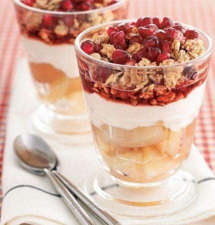 Coppa di yogurt con muesli e frutta