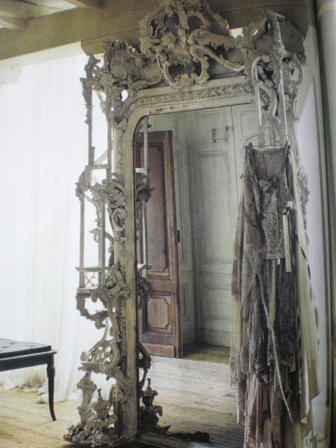 In absolute LOVE with this mirror's fantastic frame