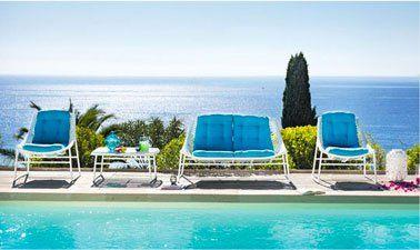 salon de jardin LIMBO de Fly: canapé deux places, 2 fauteuils, table basse plateau en verre. Existe en gris anthracite, et blanc/bleu