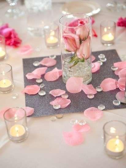 Idee addobbi tavola San Valentino - Petali di rosa sulla tavola di San Valentino