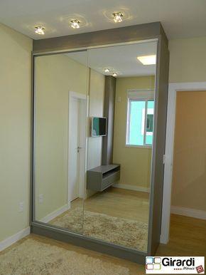 Roupeiro com portas de correr e espelhos nas portas. A iluminação no teto na frente dele ficou super linda
