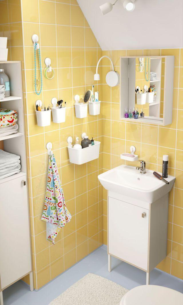 Petite salle de bains accrocher sur les murs - Organisation salle de bain ...